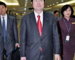 感謝台灣對日本大地震慷慨解囊及提供協助,日本眾議院副議長衛藤征士郎(中) 4日率團抵台,他將拜會總統馬英九及立法院長王金平,當面表達謝意。〈中央社〉