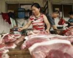 中共國務院近日將北京、上海等地的食品安全工作納入領導幹部政績考核。对此,觀察人士認為,這是權利集團害怕媒體輿論監督,從而在欺騙敷衍大眾(PETER PARKS/AFP/Getty Images)