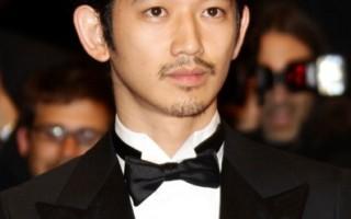 日本男星瑛太穿着正式西服并打上领结,以绅士风格亮相红毯。(图/Getty Images)