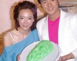 好友的宥勝拿著「苦瓜蛋糕」意外現身。(攝影:黃宗茂/大紀元)