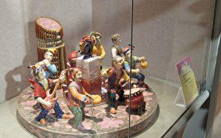 吳威德2010葉王獎第一名作品以管樂為主題,內容有色彩繽紛的嘉義市地標、市徽花樣;以八仙過海傳統古裝人物,搭配現代樂器,給人詼諧親近的感覺。(攝影:李擷瓔/大紀元)