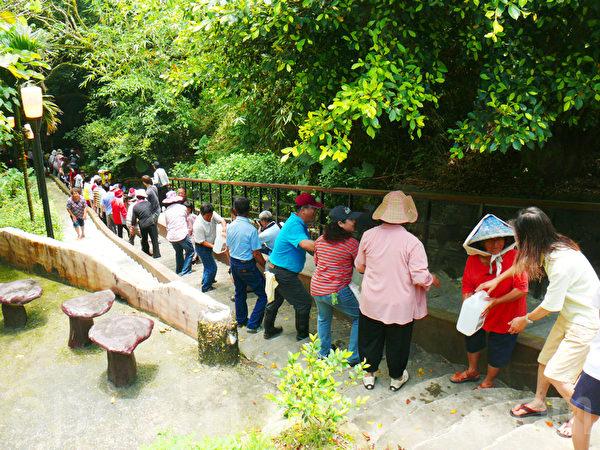 在台灣台東鹿野鄉永安村,端午節正午人龍接力取玉龍泉午時水。(龍芳/大紀元)