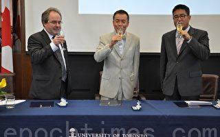 圖:駐多倫多台北經濟文化辦事處處長王國然(中)與多倫多大學副校長帕爾莫(David Palmer)(左)、多倫多大學亞洲研究中心主任黃一莊(Joseph Wong)在簽約儀式上開香檳慶祝。(攝影:高雲林/大紀元)