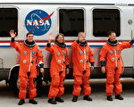 :7月8日,在佛羅里達州卡納維拉爾角,亞特蘭蒂斯號航天飛機執行「STS -135」任務的專家雷克斯‧瓦爾海姆(Rex Walheim)與桑德拉‧馬格努斯(Sandra Magnus),以及飛行員道格拉斯‧赫爾利(Douglas Hurley)和指揮官克里斯托弗‧弗格森(Christopher Ferguson)在登機前拍照留念。之後,服役30年的「亞特蘭蒂斯」號航天飛機進行了最後一次升空。(Chip Somodevilla/Getty Images)