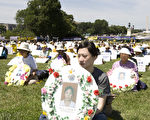 2011年7月14日,逾千名來自世界各地的大法弟子與正義人士在美國首府國會山莊前煉功集會,紀念法輪功學員12年來以大善大忍的胸懷,反迫害、喚良知。(攝影: 戴兵 / 大紀元)