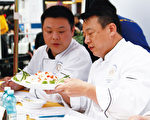 """第四届""""全世界中国菜厨技大赛""""亚太初赛评委主席曲运强(右)说,中国菜最大特点就是以""""味""""为核心,以""""养""""为目的。"""