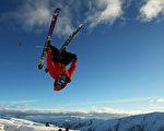 组图:美国滑雪选手空中翻筋斗 巧妙多姿