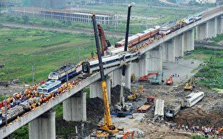 2011年7月24日,溫州動車追尾事故現場。(ChinaFotoPress/Getty Images)