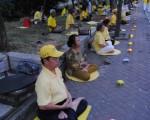 二零一一年七月二十三日星期六傍晚,法輪功學員在中國駐印尼泗水市領事館前舉辦燭光悼念活動,譴責中共對法輪功學員持續十二年的迫害,悼念那些被迫害致死的中國大陸法輪功學員。