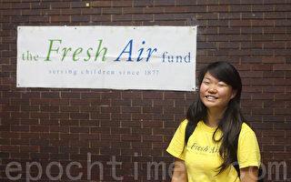來自洛杉磯的華人義工Ashley Fu在「新鮮空气基金會」標誌前。(攝影﹕杜國輝/ 大紀元)