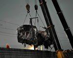 日前,北车公司生产的CRH380BL列车多次被曝连接轮对的车轴内部存在严重缺陷。图为,7·23温州动车惨案现场(ChinaFotoPress/Getty Images)