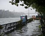 8月28日上午9时,河水倒灌,延东河岸的FDR高速道路因淹水遭关闭。(摄影:戴兵/大纪元)