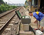 业内披露CTCS总体设计有致命缺陷,民众认定当局打死都不会说。图为铁道工检测设施。(PHILIPPE LOPEZ/AFP/Getty Images)