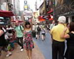 中国上海京沪高铁拆迁受害者曾霞敏在纽约百老汇时代广场进行反共产抗强拆活动。(知情者提供)