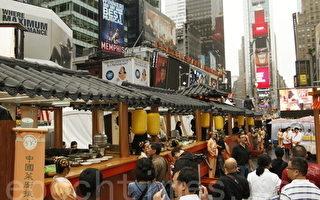 新唐人廚技大賽現場高懸著明黃色的中國傳統燈籠(大紀元圖片庫)