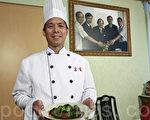 """2011年""""全世界中国菜厨技大赛""""即将在纽约举行,世界御厨大师杨贯一的徒弟李宇程赞赏大赛弘扬中国传统菜式,希望能够赴纽约参赛。(摄影:余钢/大纪元)"""