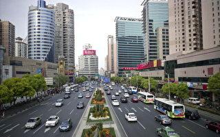 上海街头,美国参议员黛比‧斯塔贝诺﹝Debbie Stabenow﹞周三敦促美国贸易代表,调查中共强迫美商交出汽车技术是否违反了贸易法。( PHILIPPE LOPEZ/AFP/Getty Images)