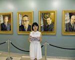 曾霞敏在联合国历任秘书长肖像前留影。(知情者提供)