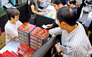 每逢中秋,傳統老店蓮香樓門前都大排長龍,搶購月餅。(攝影: 祥龍 / 大紀元)