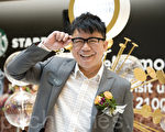 陈奂仁的眼镜是今季流行的款式,上面比较深色来突出眼镜形。(摄影:司马日/大纪元)