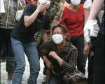 圖為汶川大地震,等待孩子消息的家長看著遇難學生的遺體一具一具被抬出,悲痛欲絕。(GettyImages)