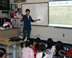 圖﹕中華民國第一夫人周美青週,在菲利蒙中文學校教授為孩子們講清明上河圖。(攝影﹕呂海/大紀元)