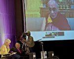 10月8日,西藏精神领袖达赖透过视讯与屠图(左二)对话交流( AFP PHOTO / RODGER BOSCH)