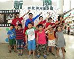 台南南區家扶於台南火車站展出「保護兒童有影啦!」影像徵文作品展,13日由家扶中心同仁扮成兒保超人,在台南火車站表演兒童保護劇。(攝影:朱莉利/大紀元)