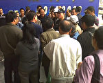 高潮村村民聚集到上海电子商城进行抗议示威,要求对所征用的耕地和房屋给予更多补偿。(知情者提供)