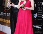 朱芯儀與李(王羅)分別獲得金鐘男女配角獎項(攝影:林伯東 / 大紀元)
