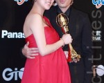 拿著金鐘獎項的朱芯儀和先生衛斯理甜蜜合影,真的跟那塔莉波曼一樣,抱著大肚子領獎。(攝影: 許基東 / 大紀元)