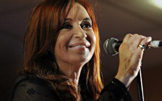 2011年10月23日,阿根廷現任總統58歲費南德茲贏得大選連任。圖為費南德茲在布宜諾斯艾利斯,向支持者講話。(圖片來源:DANIEL GARCIA/AFP)