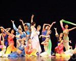 「樂舞族」表演後穿上所有演出服飾合照。(攝影:楊天儀/大紀元)