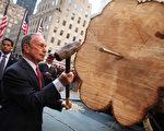 2011年11月11日,美國紐約,紐約市長彭博將釘子釘進聖誕樹底部。(Spencer Platt/Getty Images)