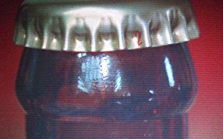 內政部警政署15日表示,民眾購買紅標料理米酒時,注意正品的酒瓶瓶蓋旁會出現數字,若無,可能是假貨。 (警政署提供)