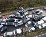 德國西北部高速公路A31發生52輛車前後追撞事故,可能是在11月18日夜間大霧引起的。(AFP PHOTO / ROLF VENNENBERND)