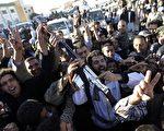 利比亚民众19日欢庆格达费次子塞夫落网。(AFP)