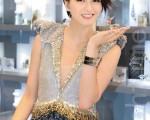 梁詠琪婚後首度現身台灣,身穿一襲20萬顆水晶、手工縫製的皮革亮片禮服,大方秀出美腿。(攝影:宋碧龍/ 大紀元)
