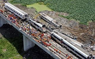 2011年7月23日,温州附近发生动车追尾特大事故,造成至少40人死亡,200多人受伤。(STR/AFP/Getty Images)