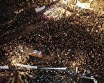 2011年11月23日,在埃及首都开罗的塔里尔广场(Tahrir Square)上,仍然有数以万计的示威者要求结束军事统治,尽管武装部队最高委员会领导人承诺,在2012年7月之前举行总统大选。(AFP PHOTO / MAHMUD HAMS)