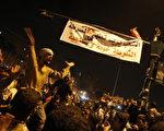 11月24日,数以万计的埃及民众继续在开罗的塔利尔广场抗议。图为埃及青年喊口号,反对拒绝立即下台的军事统治者。(MAHMUD HAMS/AFP/Getty Images)