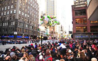 纽约感恩节气氛浓 梅西大游行吸引人潮