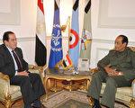 2011年11月24日,埃及前总理卡迈勒‧詹祖里(Kamal Ganzouri,左)在开罗会见统治国家的武装部队最高委员会领袖坦塔维(Mohamed Hussein Tantawi)元帅之后,原则上已经同意领导一个拯救国家的政府。(AFP PHOTO/HO/EGYPTIAN MILITARY OFFICE)