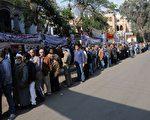 11月28日一早,開羅的投票所外就排起了長長的隊伍等候投票。(AFP PHOTO/AMRO MARAGHI)