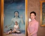 美國畫家陳肖平以畫作《眼裡的媽媽(又名純淨入仙境)》獲得金獎。 (攝影:王貫明/大紀元)