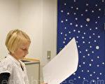 學校的學生正在剪紙製作聖誕裝飾,簡單的白色小圓紙頓時讓教室充滿了白色聖誕的氣氛。(攝影:吳馨/大紀元)