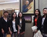 林小紅、林小美(左2、左3)姐妹和她們的3個姐姐在頒獎儀式上。(攝影:杜國輝/大紀元)