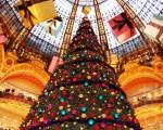 巴黎奧斯曼拉法耶特百貨大廳內20米的聖誕巨樹(攝影:王心慈/大紀元)