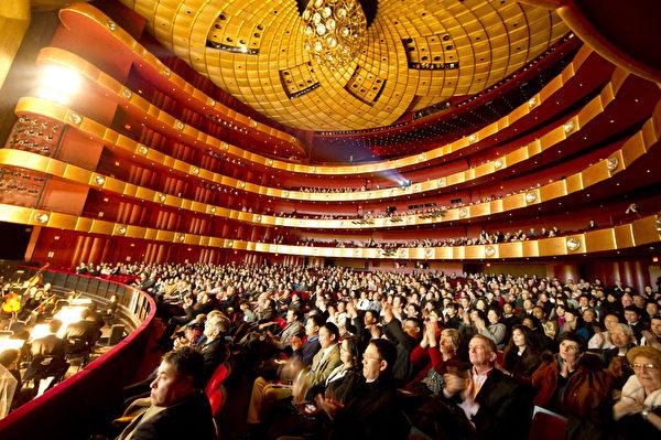 2011年1月6日紐約林肯中心神韻首場,觀眾陶醉。(攝影: 戴兵 / 大紀元)