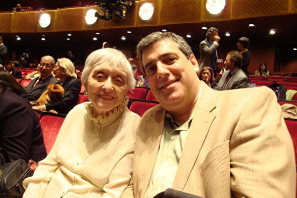 今年神采奕奕的奧斯卡金像獎得主薩利斯特‧赫姆和她的先生在紐約林肯中心觀神韻(攝影﹕李成思/大紀元)